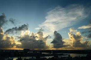 夕暮れの積乱雲の下でスコールが降るの写真素材 [FYI03127936]