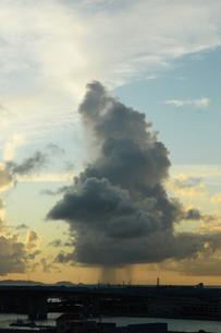 夕暮れの積乱雲の下でスコールが降るの写真素材 [FYI03127938]