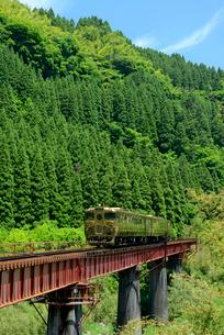 久大本線を走る或る列車の写真素材 [FYI03127943]