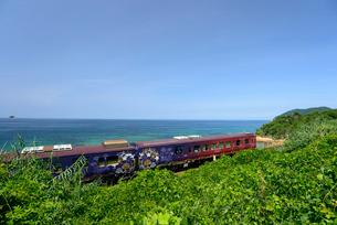 日本海沿いを走るまるまるのはなしの写真素材 [FYI03127950]