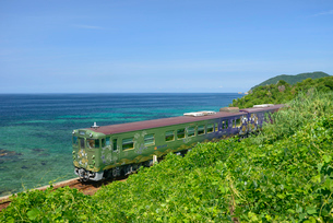日本海沿いを走るまるまるのはなしの写真素材 [FYI03127952]