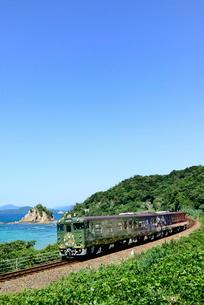日本海沿いを走るまるまるのはなしの写真素材 [FYI03127956]