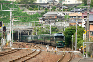 大畠駅を通過するトワイライトエクスプレス瑞風の写真素材 [FYI03127959]