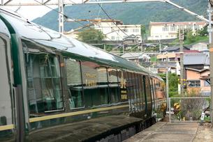 大畠駅を通過するトワイライトエクスプレス瑞風の写真素材 [FYI03127960]