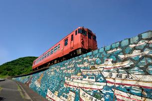 山陰本線の普通列車の写真素材 [FYI03127976]