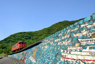 山陰本線の普通列車の写真素材 [FYI03127977]