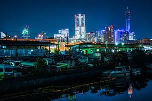 横浜港の船舶と横浜みなとみらいの夜景の写真素材 [FYI03128026]