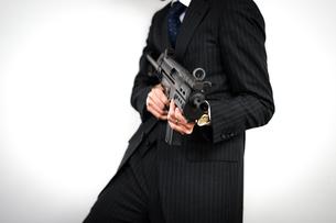 マシンガンを持つ戦うビジネスマンの写真素材 [FYI03128037]