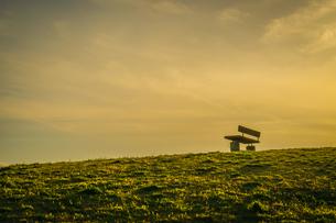 夕焼けの光が差す丘の写真素材 [FYI03128134]