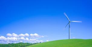 北海道 自然 風景 パノラマ 丘に建つ風力発電風車と青空の写真素材 [FYI03128260]