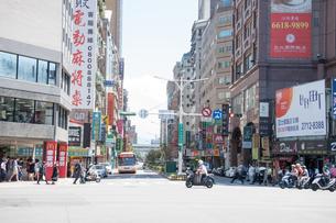 台北市内の 繁華街 路地風景の写真素材 [FYI03128316]