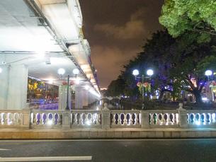 租界時代の 趣を残す街に かかる ライトアップっされた 橋の写真素材 [FYI03128339]