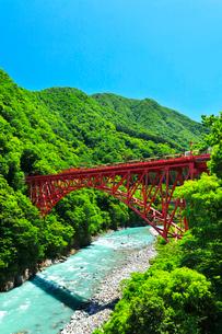 黒部峡谷鉄道トロッコ電車に清流と快晴の空の写真素材 [FYI03128382]