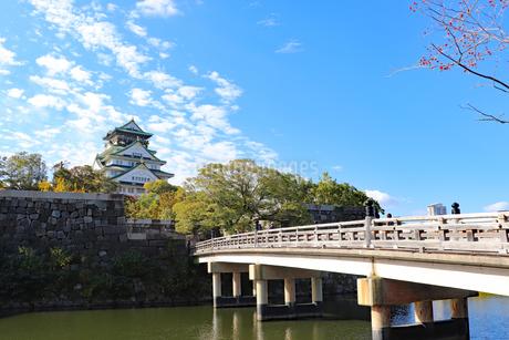 大阪城天守閣と極楽橋の写真素材 [FYI03128452]