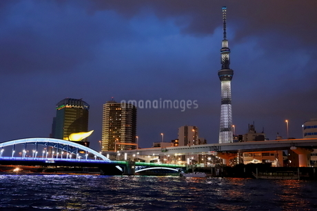 東京スカイツリーと隅田川の夜景の写真素材 [FYI03128496]