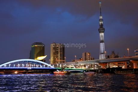 東京スカイツリーと隅田川の夜景の写真素材 [FYI03128497]