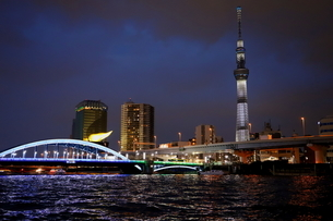 東京スカイツリーと隅田川の夜景の写真素材 [FYI03128498]