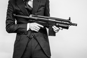 マシンガンを持つ戦うビジネスマンの写真素材 [FYI03128596]