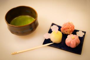 抹茶と和菓子のイメージの写真素材 [FYI03128599]