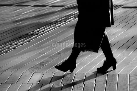 ウッドデッキを歩く人々の影の写真素材 [FYI03128623]