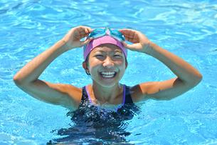 プールで泳ぐ女の子の写真素材 [FYI03128659]