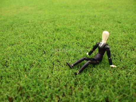 芝生の上で一息つく休憩中のビジネスマンの写真素材 [FYI03128893]