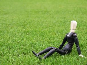 芝生の上で一息つく休憩中のビジネスマンの写真素材 [FYI03128894]