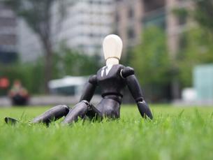 芝生の上で一息つく休憩中のビジネスマンの写真素材 [FYI03128895]