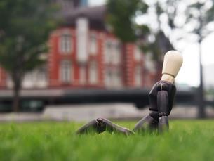 芝生の上で一息つく休憩中のビジネスマンの写真素材 [FYI03128896]