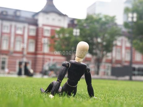 芝生の上で一息つく休憩中のビジネスマンの写真素材 [FYI03128897]