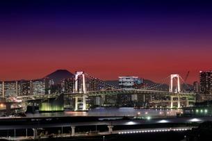 富士山とレインボーブリッジの夜景の写真素材 [FYI03129135]