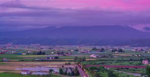 北海道 自然 風景 パノラマ 夕焼けに染まる富良野盆地の写真素材 [FYI03129320]