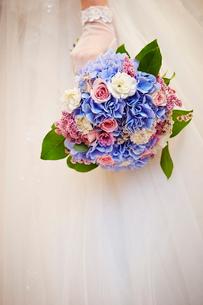 ブーケをもつ花嫁の写真素材 [FYI03129396]