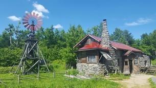 風車と赤い屋根の写真素材 [FYI03129519]