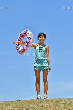 海水浴を楽しむ女の子(青空)の写真素材 [FYI03129529]