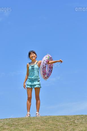 海水浴を楽しむ女の子(青空)の写真素材 [FYI03129531]