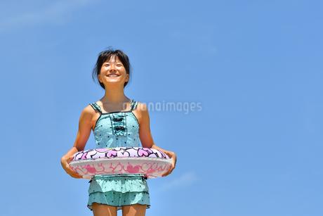 海水浴を楽しむ女の子(青空)の写真素材 [FYI03129534]