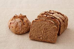 丸いドイツパンと断面の写真素材 [FYI03129563]