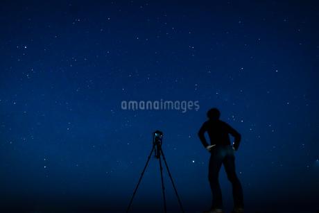 星空を撮影する男性の写真素材 [FYI03129955]