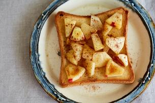 りんごのソテーが乗ったトーストの写真素材 [FYI03130739]
