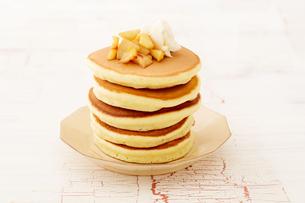 りんごのソテーとパンケーキの写真素材 [FYI03130742]