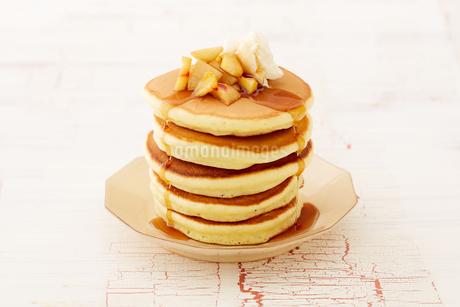 りんごのソテーとパンケーキの写真素材 [FYI03130743]