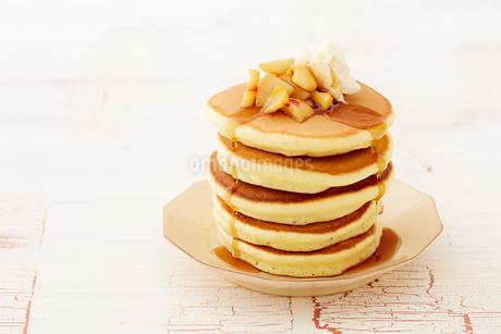 りんごのソテーとパンケーキの写真素材 [FYI03130744]