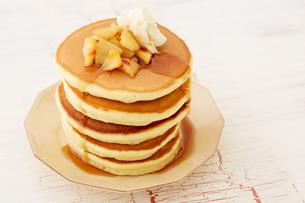 りんごのソテーとパンケーキの写真素材 [FYI03130748]