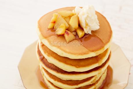 りんごのソテーとパンケーキの写真素材 [FYI03130751]