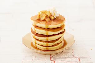 りんごのソテーとパンケーキの写真素材 [FYI03130752]