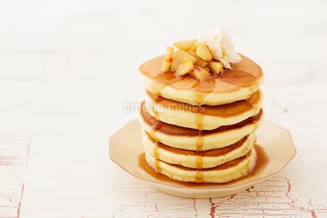 りんごのソテーとパンケーキの写真素材 [FYI03130754]