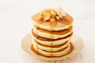 りんごのソテーとパンケーキの写真素材 [FYI03130756]