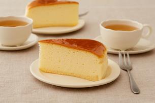 おやつの時間のチーズケーキの写真素材 [FYI03130766]