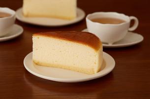 おやつの時間のチーズケーキの写真素材 [FYI03130767]